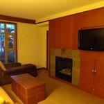 Sala com TV e lareira