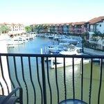 vista al canal y  la marina desde la habitación 316
