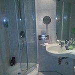 Banheiro limpo onde tudo funciona.