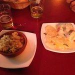 Pollo al curry e pincho de pollo con patate, panchetta e formaggio