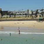 Stranden med hotellet i bakgrunden