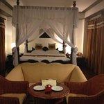 кровать и  уголок отдыха