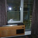 Ventana  a patio con unidades de aire acondicionado y unidad de calefacción de pared interior
