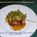 Suprême de caille rôtie et cuisses en brochette