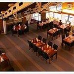 Restaurangen bär den gamla karaktären med stabila limträbjälkar i taket.