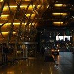 entrada a hotel , vista lateral iluminada