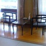 広々窓側のテーブル