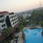 从430房间的阳台看到的酒店泳池