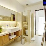 bathroom 5 bedrooms villa