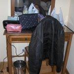 Mesa escritorio debajo donde están los enchufes