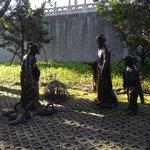 ガチョウと自作の書を交換する王羲之の像