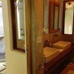 Salle de bain avec douche extérieure
