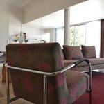 Sofa gegenüber der Rezeption