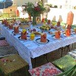 table dressée pour le brunch sur la terrasse