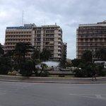 Piazza della stazione, l'hotel è sullo sfondo
