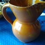 En esta jarra mellada nos sirvieron el vino del menú del día.