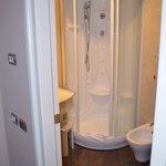 IL bagno molto pulito e la doccia molto comoda e efficiente.