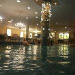 Dans la piscine avec colonne de minéraux
