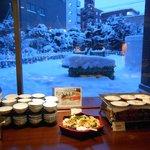 1階の朝食会場から見えた雪化粧の庭