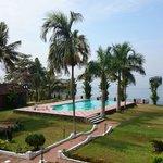 Vue sur.la piscine et sur le lac depuis le balcon de notre chambre
