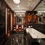 Presidential Suite Bath No Robe SCALED