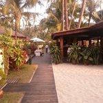 Am Strand mit Blick zum Restaurant