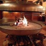 Bar avec cheminée à foyer ouvert