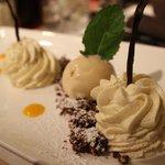 Mousse à la vanille, coulis de mangue, croustillant au cacao et glace au caramel