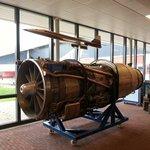 Vliegtuigmotor bij de ingang van de Aviodrome.