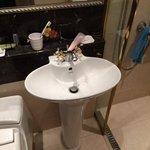 問題の水浸しになる洗面器  小さ過ぎる