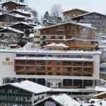 Blick auf das Hotel vom Skihang gegenüber