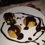 profiteroles con crema y chocolate