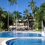 Vista del Hotel desde una de sus piscinas