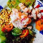 Ceviche peruano mixto, pescado y camarones. Delicioso. Mi preferido hasta ahora de todos los que
