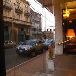 Vista da rua, recepção do hotel.