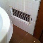 Presa d'aria arrugginita e non funzionante in bagno millimetrico