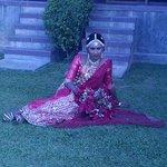 местная невеста на фоне нашего спуска из номера
