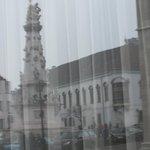 чумная колонна в отражении отеля НILTON
