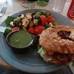 Bagel Club avec salade du jour et sauce pesto.