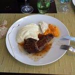 Un petit veau aligo avec purée de carottes et céleri sauce échalotes