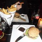 Burger (le petit) avec frites en cornet et bonne sauce barbecue
