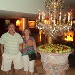 Hall del entrada del Huentala Hotel con fuente de manzanas