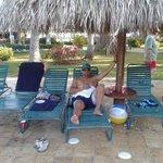 En las sillas de la piscina