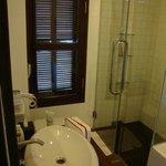 Salle de bain (Baignoire + douche style pluie)