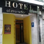 Fachada y entrada del hotel