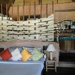 Une chambre simple mais joliment décorée