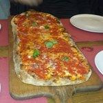 Pizza lunga 60cm rossa con le acciughe.