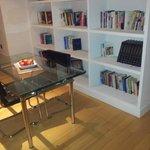 Zona de estar en la suite del piso superior, con biblioteca