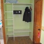 Шкаф и сейф в номере