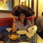 Tomando una margarita con el típico sombrero Mexicano